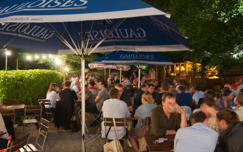 Biergarten am Abend des Restaurants Restauration Kopernikus, Nürnberg